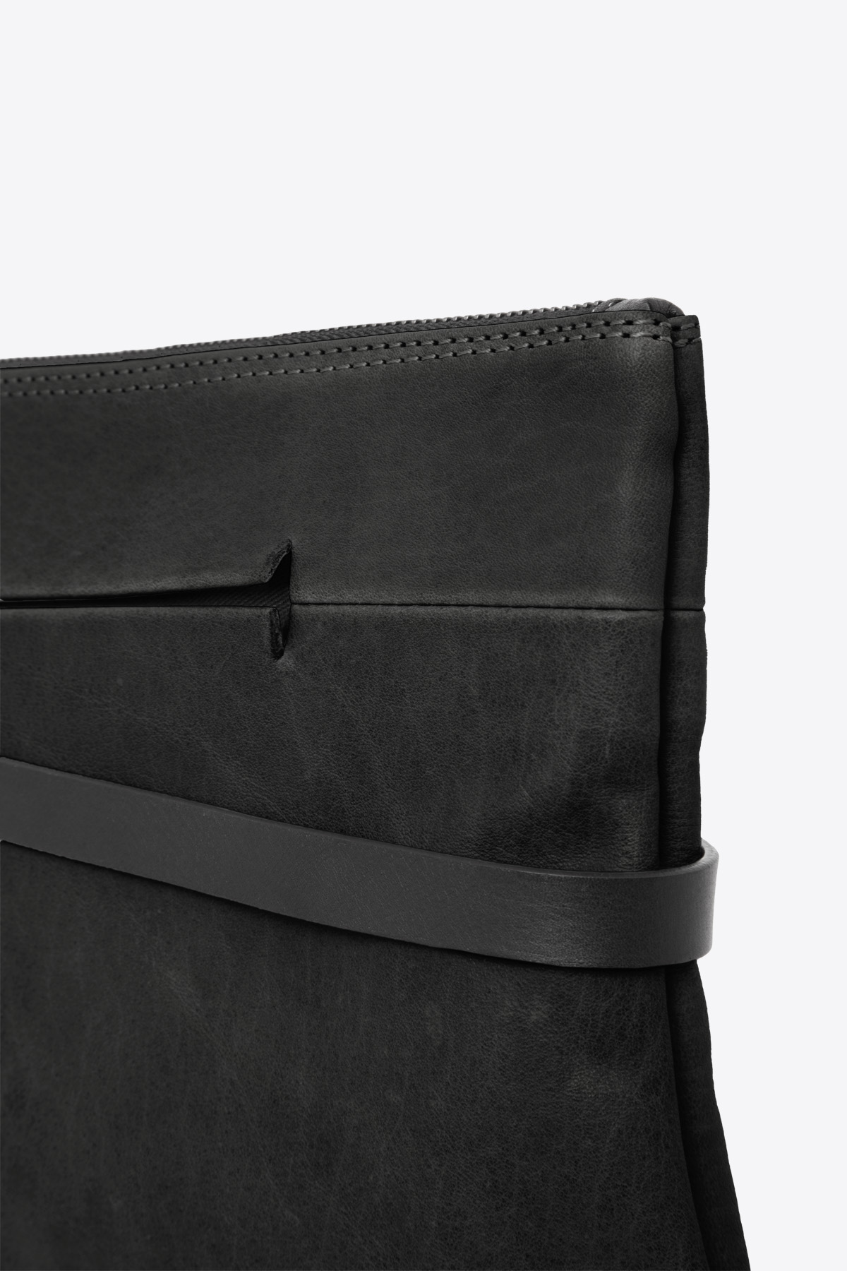 dclr004l-tapeclutch-a1-black-detail
