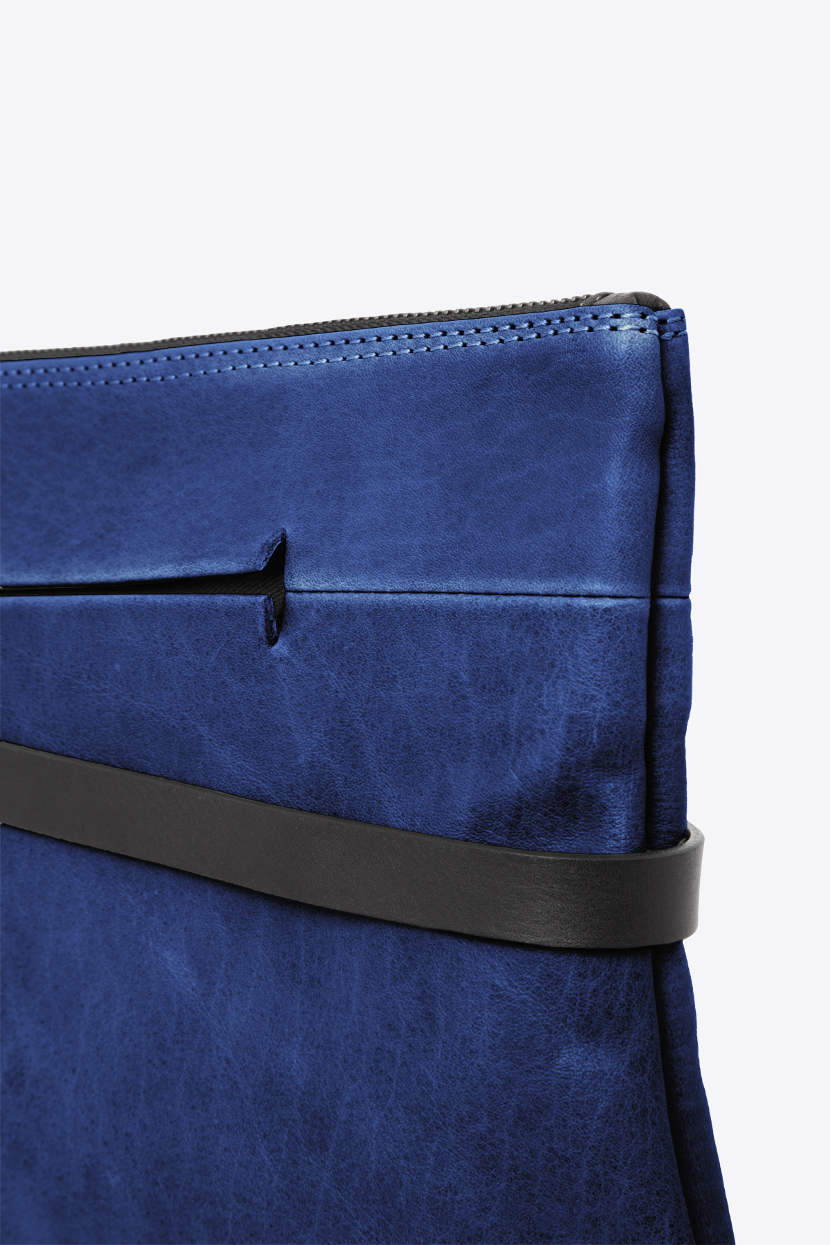 dclr004l-tapeclutch-a20-royalblue-detail
