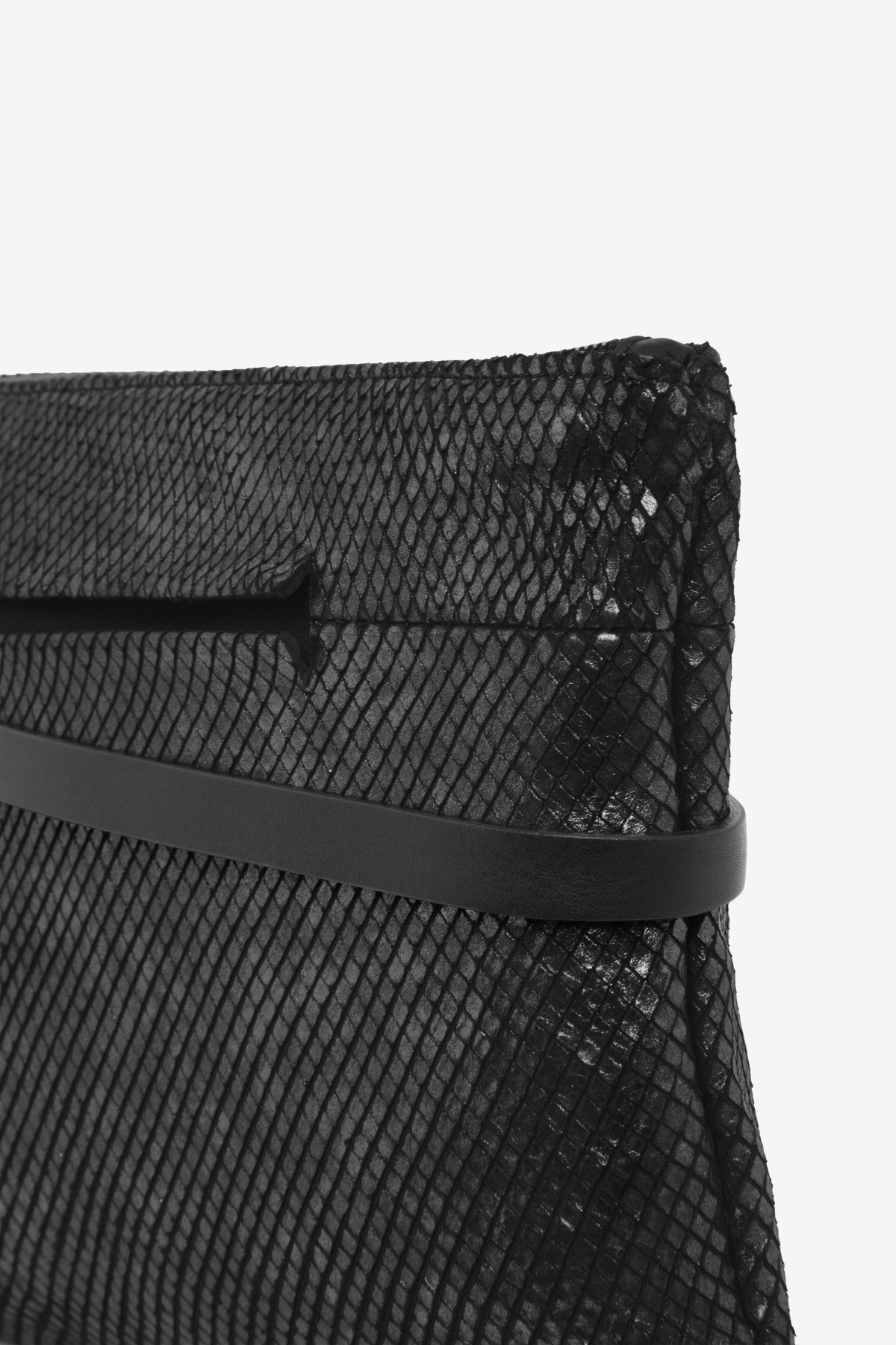 dclr004l-tapeclutch-a23-backsnakeblack-detail