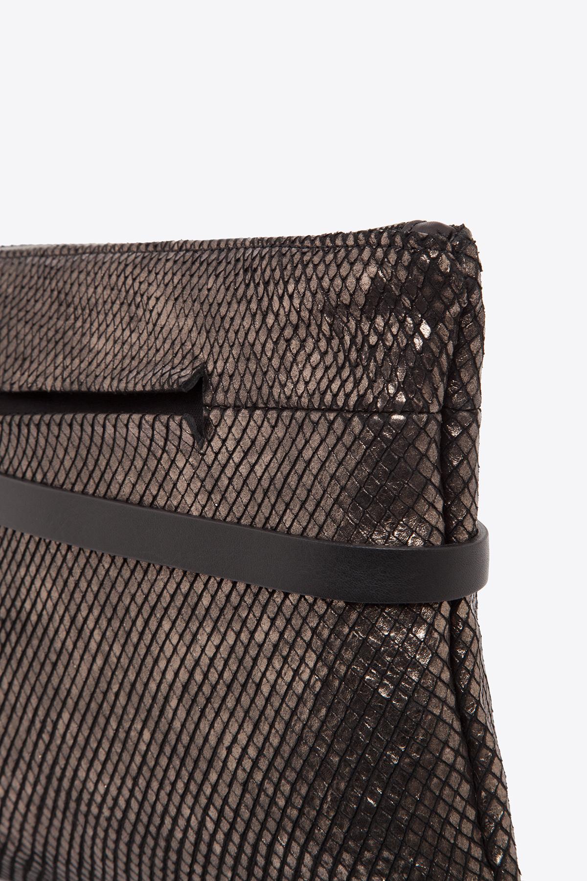 dclr004l-tapeclutch-a24-backsnakebronze-detail