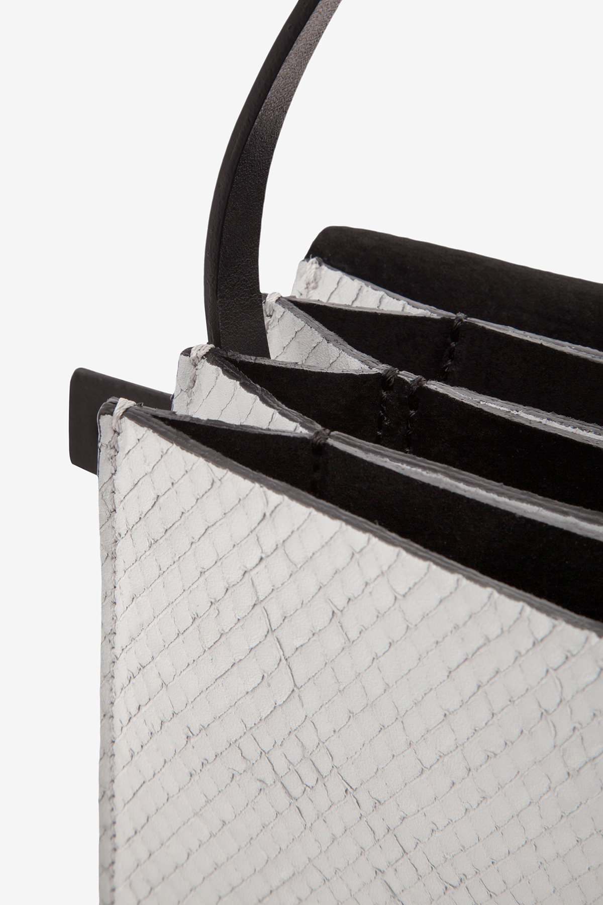 dclr005-clubpurse-a22-backsnakefoggrey-detail