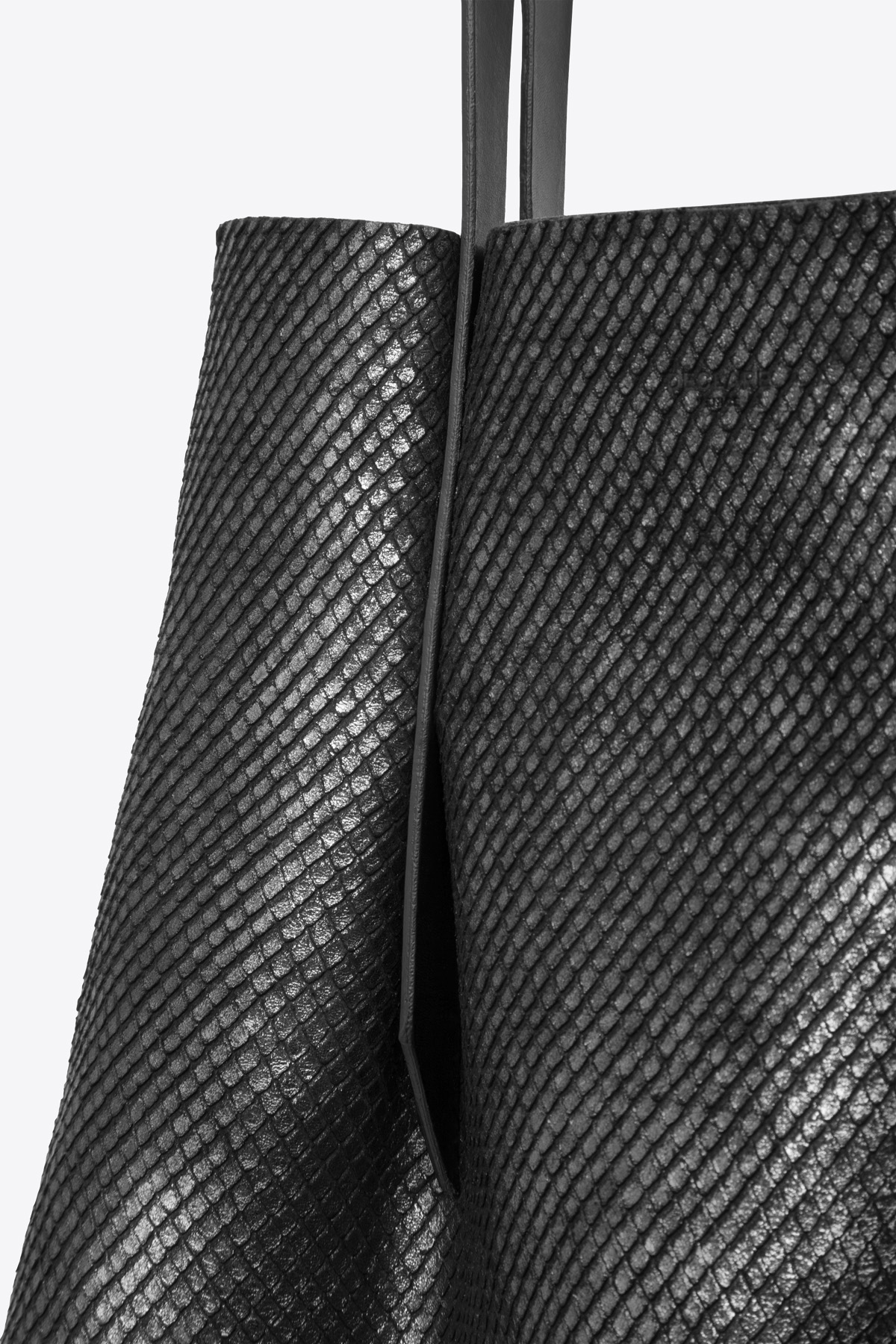 dclr006-shoppingbag-a23-backsnakeblack-detail