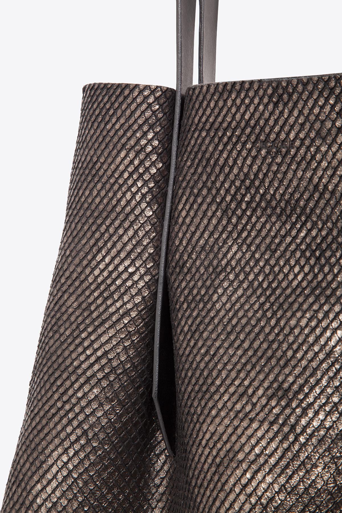 dclr006-shoppingbag-a24-backsnakebronze-detail