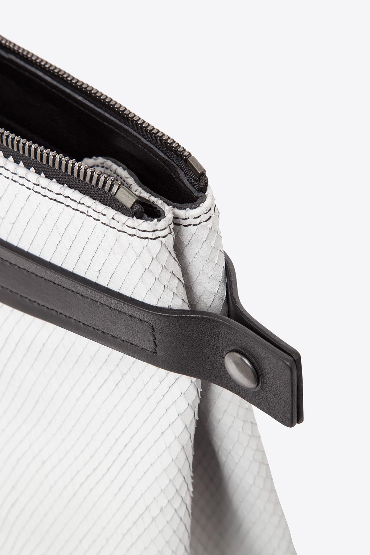 dclr007s-tote-a22-backsnakefoggrey-detail