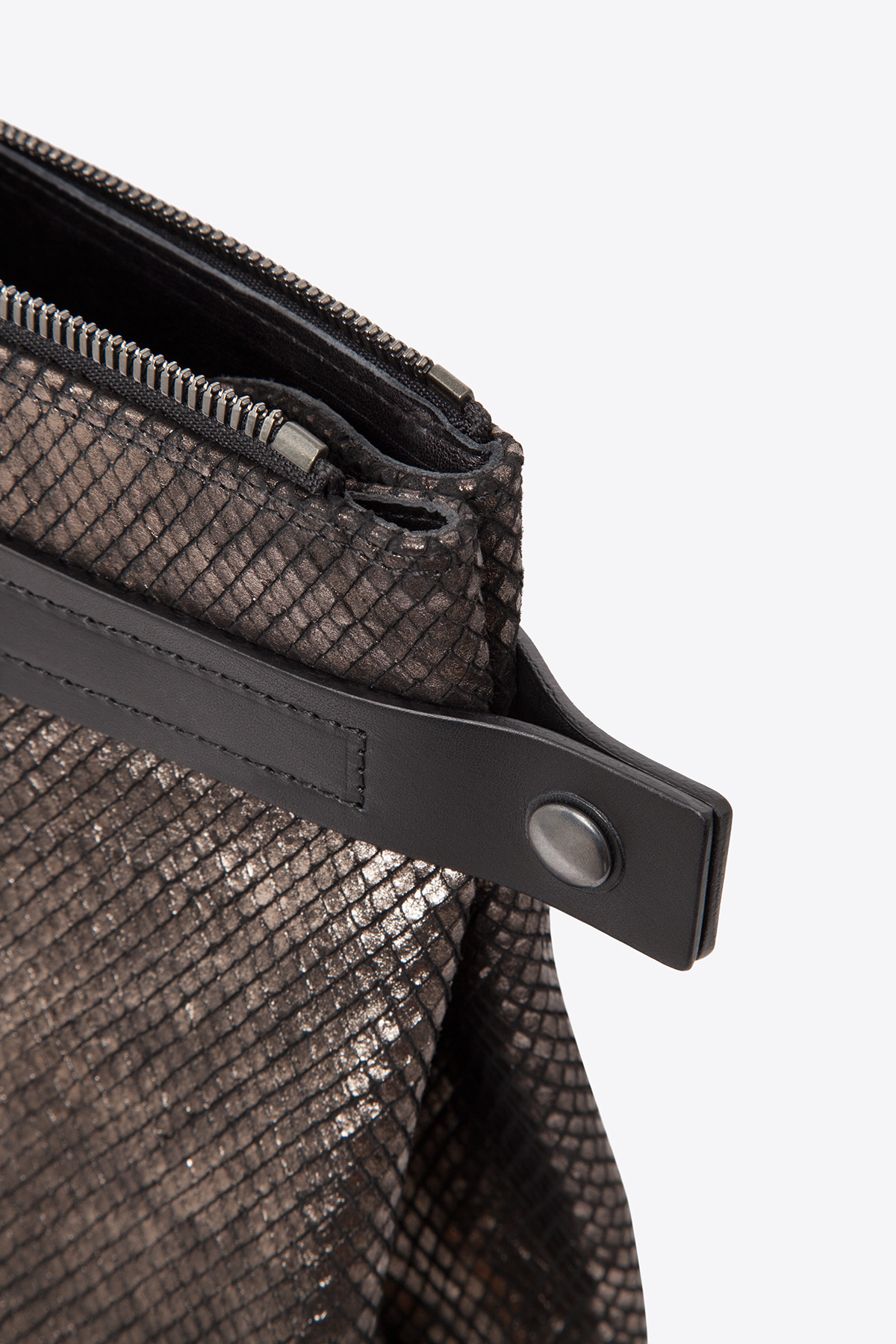 dclr007s-tote-a24-backsnakebronze-detail