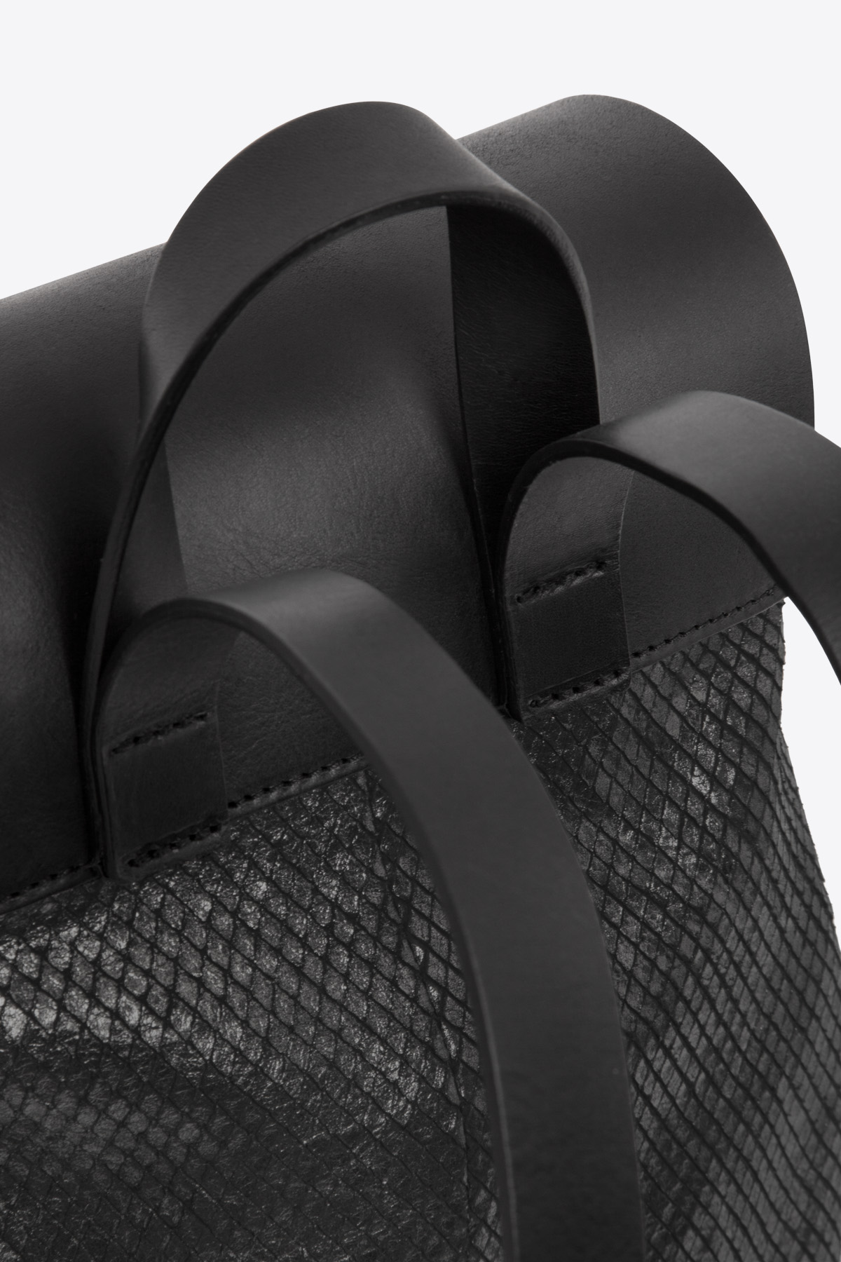 dclr009-b-backpack-a23-backsnakeblack-detail