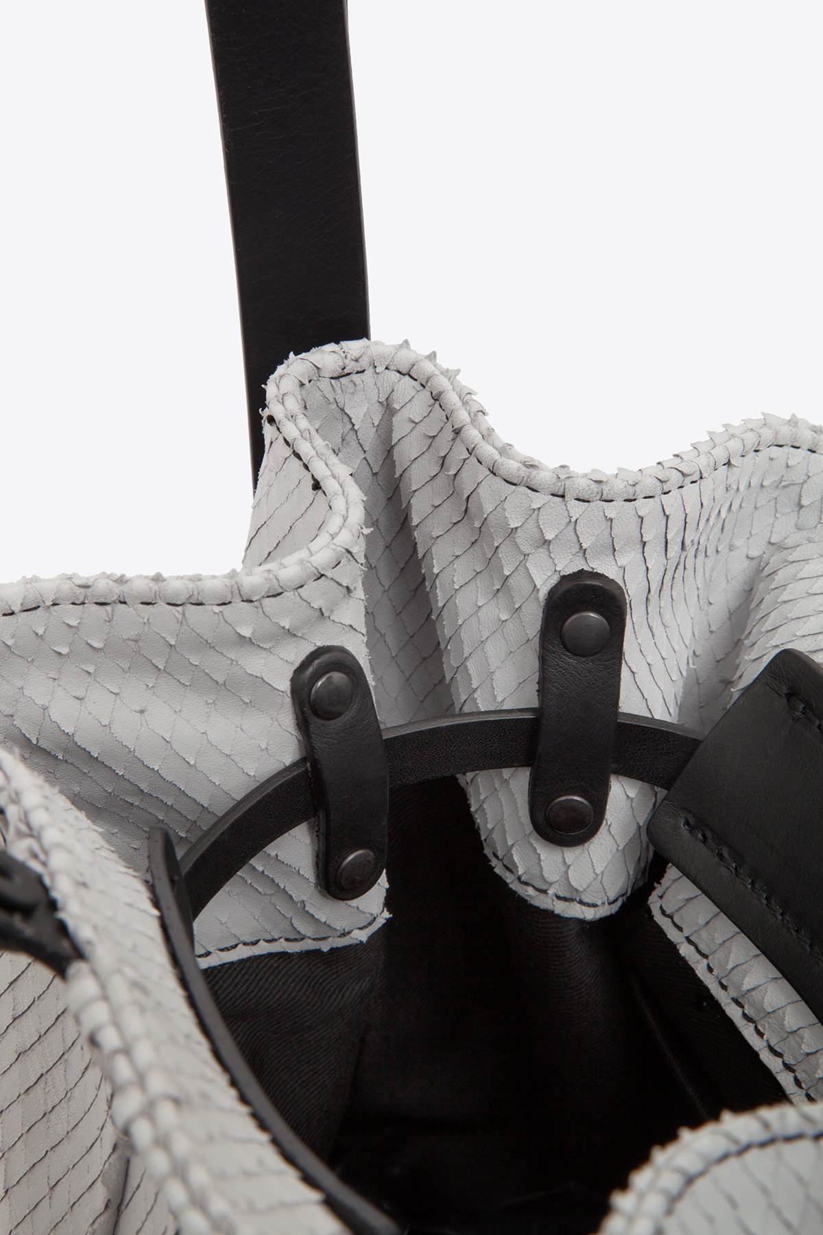 dclr010-bucketbag-a22-backsnakefoggrey-detail